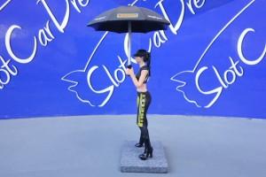 SW Grid Girl Pirelli Naomi mit Sonnenschirm